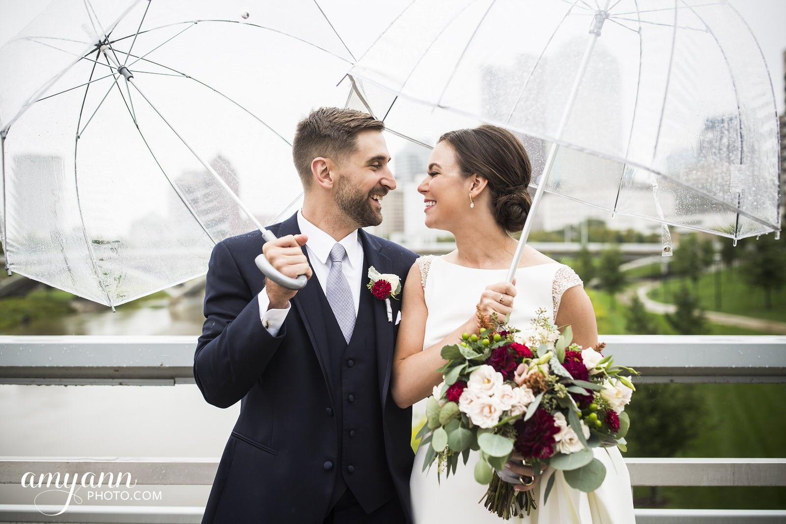 downtown columbus ohio rainy wedding photographer